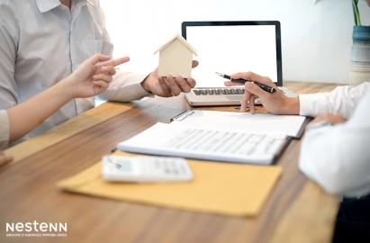 Dans quel délai le bailleur d'un logement doit-il effectuer les régularisations de charges locatives ?