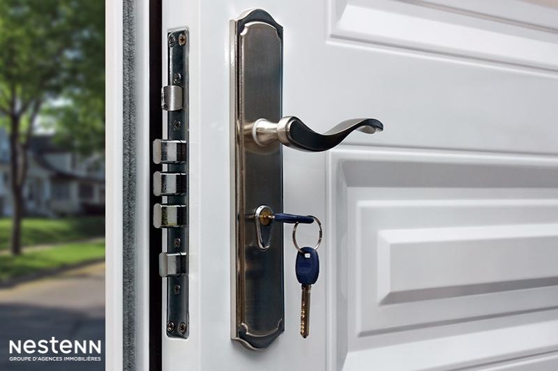 Est-ce au bailleur de prendre en charge le remplacement d'une serrure de porte d'entrée ?